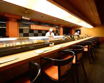 新鮮なネタが並ぶ寿司カウンター。