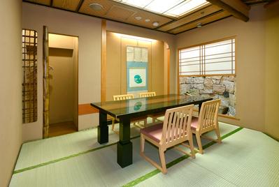 接待や時別なお席には個室が最適。 「若狭」:4名様用個室。