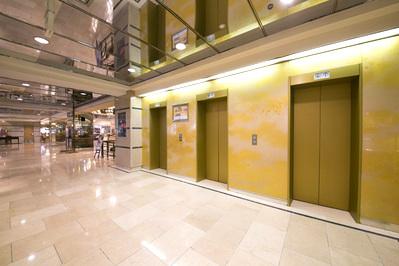 ラウンジ関白はホテル専用エレベーターで二階にございます。