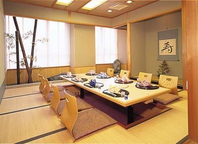 厳かな雰囲気のお座敷です、個室ですので 接待や大人数のお集まりに適しています。
