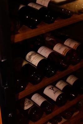 当店奥にございますワインセラー。 多種取り揃えております。