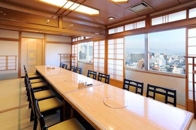◆和室でのイス・テーブル個室 最大18名様までご利用頂けます。 上毛三山も一望出来ます。(他に14名様までの和室のイス・テーブル個室もございます)