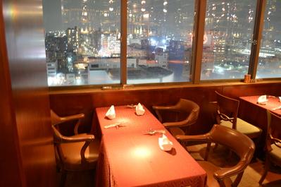 ◆3名掛けテーブル席(店内右窓側) カウンター席の後ろです。