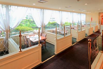 【オープン席】窓際のお席(4名様まで) お庭を眺めながらお食事できます。
