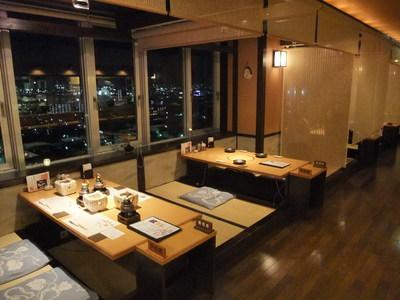 【小上がり席】 夜景がお楽しみ頂ける窓側席 ロールカーテンを下げると個室チックな雰囲気です。