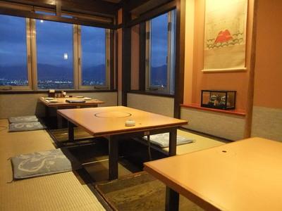 【富士山の間】 3テーブル繋げると定数12名様の個室としてご利用頂けます。 (最大14名様) 2面窓ガラスがあり、当店でも人気の高い個室でございます。