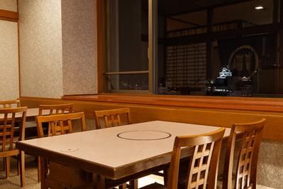 ゆったりと足を下ろしてお食事していただける御席です。 最大20名様までのご宴会にのご利用いただけます。 熊本城が見える最高の眺望です。