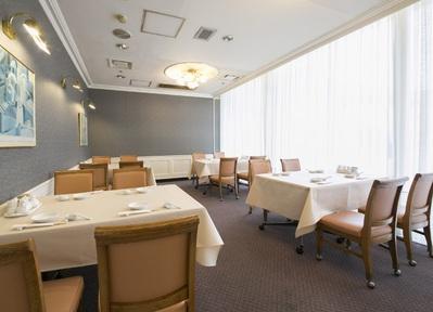 自然光射し込む空間。 テーブル組み合わせ出来ます。様々なお集まりにご利用いただけます。