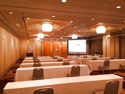 WEBでの総会・式典の一例 ソーシャルディスタンスを確保した配席