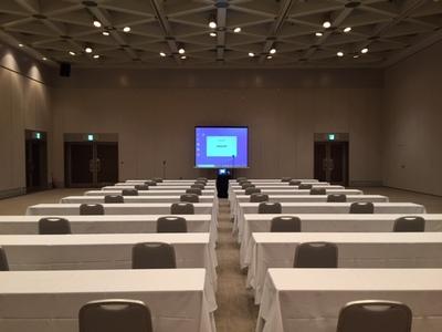 イベントホール「レ・ルミエール」にて WEBでの総会・式典の一例
