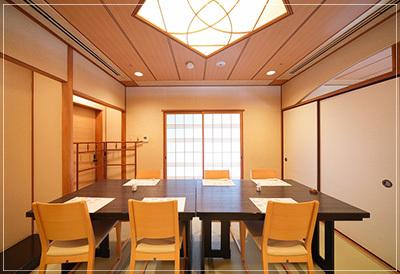石畳の回廊 見事に飾られる名器