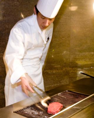シェフ平松和人、自ら厳選したA-5ランクの黒毛和牛を、炭火でじっくり焼き上げます。