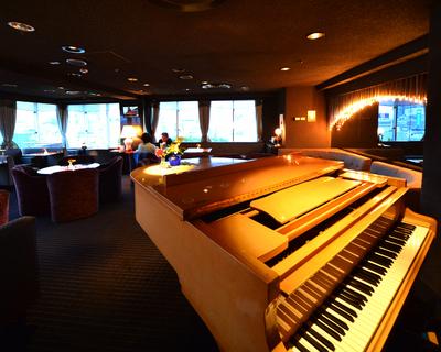 天守閣スカイルーム ピアノの生演奏をお楽しみいたけます。 20:30~23:30 (日祝祭日はお休み)