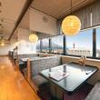 桜島が一望できる窓側のテーブル席