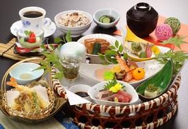 銀座の新メニュー 季節の料理が楽しめる 花かご御膳 2,600円(税込)
