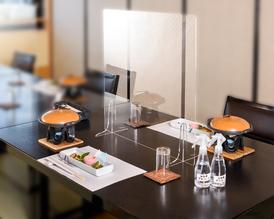 卓上では、パテーションを設置。お席も通常の半分の収容人数で対応させて頂いております。