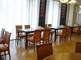 カジュアルな雰囲気のテーブル席