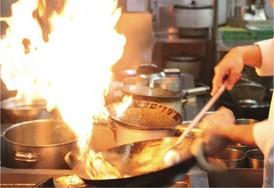 強火で手際よく炒めます。プロの味をお楽しみください。