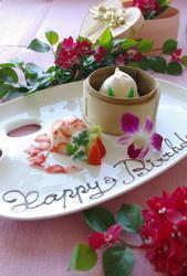 """【バースデープレート】を誕生日の方にプレゼント! お祝いには欠かせない""""桃まんじゅう""""を使った「バースデープレート」をお誕生日の方にプレゼントします♪ ※前日までにご予約下さい。"""
