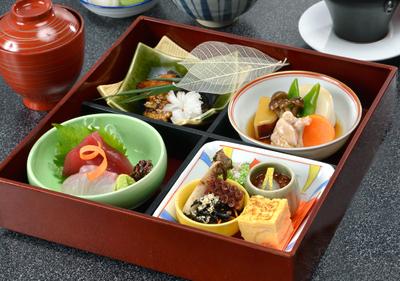 お昼の松花堂弁当 ランチタイムはお手軽に本格和食料理が楽しめます