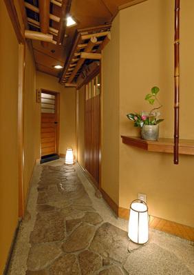 石畳のアプローチを進むと 都心の喧騒から離れ、静寂に包まれた 素敵な個室があります