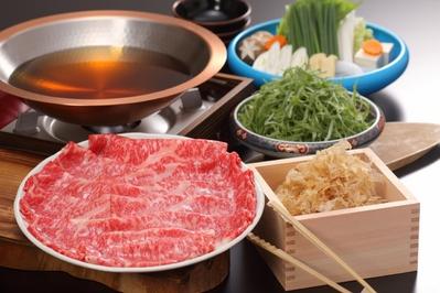 鳥取和牛と米子白葱の旨出汁しゃぶしゃぶ かつお節がつゆの中で踊る 香る 上質な肉の旨みを味わっていただけます。