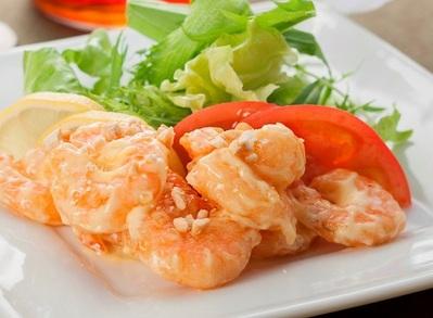 「海老のマヨネーズ和え」 プリプリの海老とクリーミーさが女性に人気の一品です。