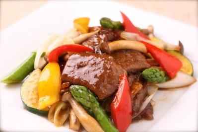 「鳥取和牛と野菜の炒め」 強火でサッと炒め旨味を閉じ込めてます。 3種の味からお選びいただけます。