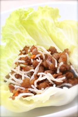 「ミンチ肉のレタス包み」 新鮮なレタスに熱いミンチ肉を包んで。 チャイナテーブルの人気商品です。