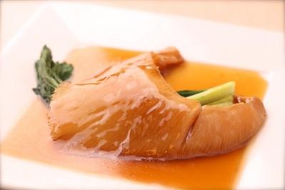 「フカヒレの姿煮込み」 コラーゲンたっぷりの贅沢な味を満喫してください。