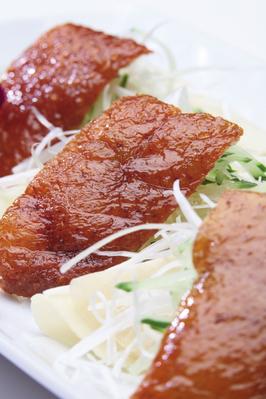 ■北京ダック■ 皮餅(ポーピン)にねぎ、キュウリ、甘味噌と共に包んで食べます。