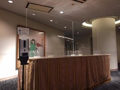 ・宴会受付台に飛沫防止アクリルボード ・検温器付きアルコール消毒噴霧器 常備設置 ・