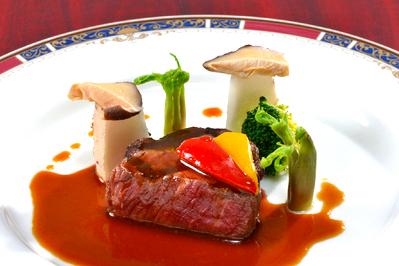 メイン料理は食材にこだわったお料理を提供致します。