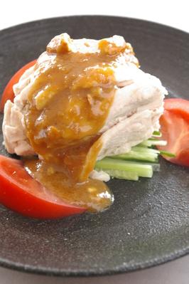 ■蒸し鶏の胡麻ソース■ 旨味をのがさず蒸しあげた、 チキンに胡麻の風味がさっぱりした一品です。