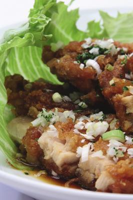 ■チキンの唐揚げ 葱ソース■ カリッとしたチキンの唐揚げに、さっぱり葱ソースをかけています。