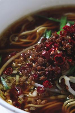 ■台湾風担々麺■ ミンチ肉と唐辛子の入った辛いそば。台湾風はこの味です。