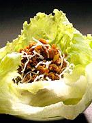 ■ミンチ肉のレタス包み■ パリパリレタスに熱いミンチ肉を包んでお召し上がり下さい。