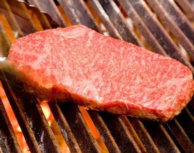 A5等級の極上和牛炭火焼きステーキ